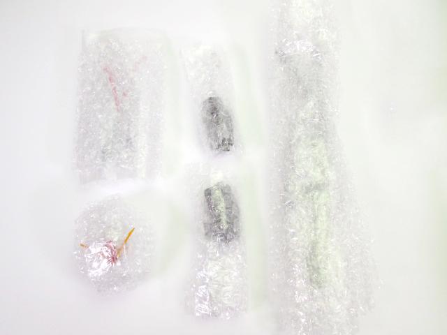②細かなパーツをエアキャップやナイロン袋などで包む。