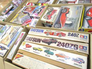 ダンボールに入った絶版の自動車やバイクのプラモデル