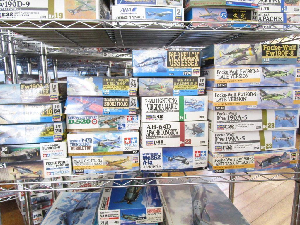フォッケウルフやライトニング、アパッチなどの飛行機模型各種