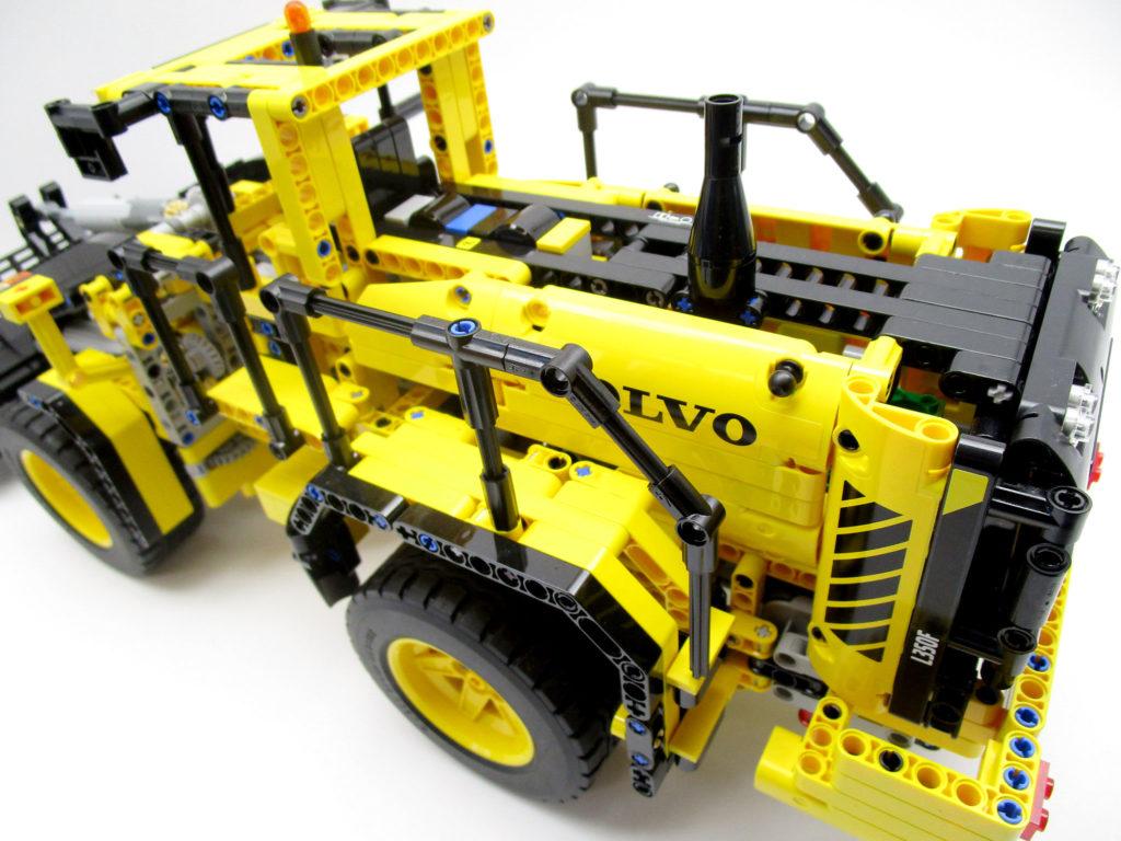 LEGO テクニック 42030 Volvo L350F ホイールローダーの後部からフロント