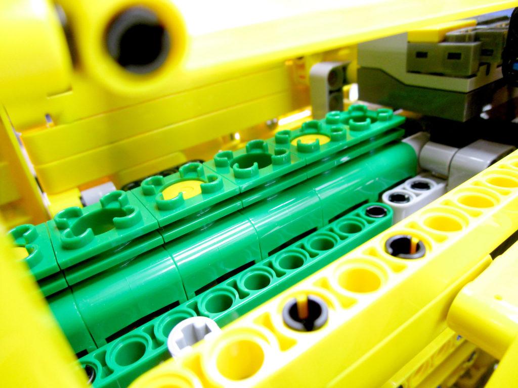 LEGO テクニック 42030 Volvo L350F ホイールローダーのエンジン部分