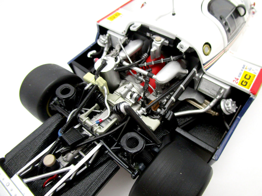 ミニチャンプス 1/18 ポルシェ956Lのエンジンカバー取り外し