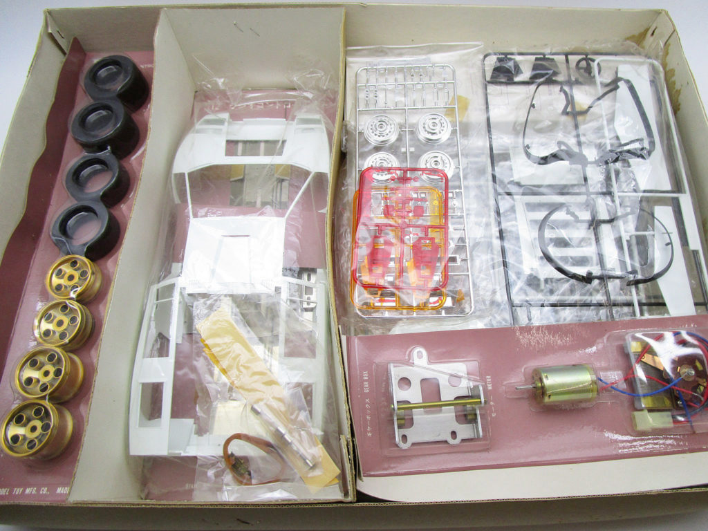 オオタキ 1/12 ランボルギーニ カウンタック LP500 キット内容