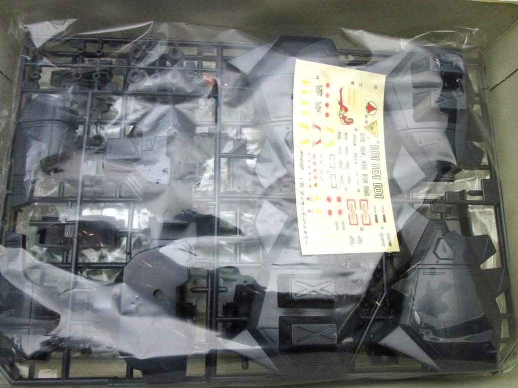 アリイ 1/72 重バトロイド アーマード・バルキリー VF-1J キット内容